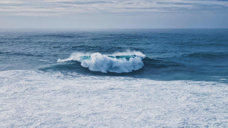 Surfeur débutant vagues trop grosses
