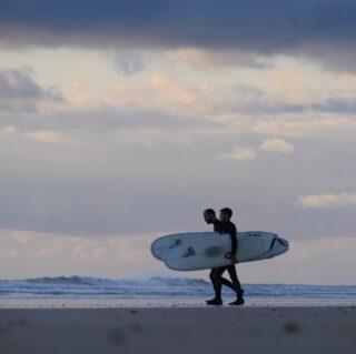 Quoi de mieux qu'une session entre potes ? #prismsurfboards #surf #surfing