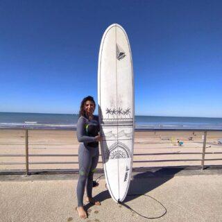 Une bien jolie déco sur le longboard PRISM 9'1 par @_justine.vega qui rejoint le team rider 🤙 #surf #longboard #surfart #noseride